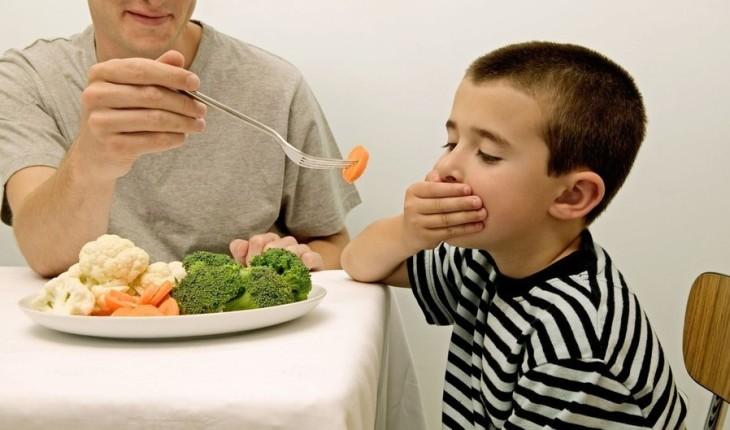 Ép trẻ ăn nhiều là nguyên nhân gây đau dạ dày