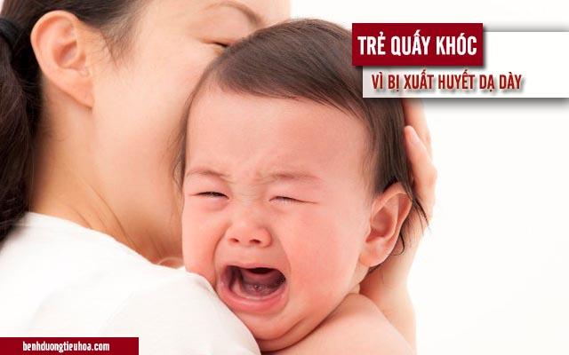 trẻ sơ sinh quấy khóc vì xuất huyết dạ dày