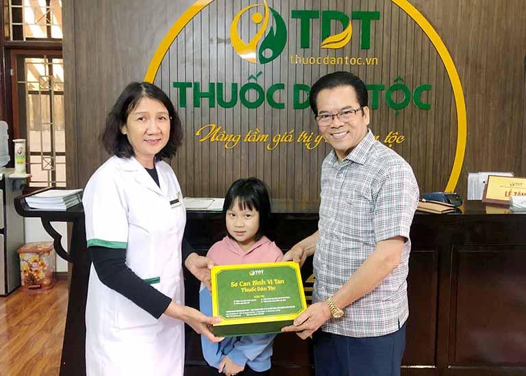 NS Trần Nhượng dẫn cháu gái đến Thuốc dân tộc chữa bệnh dạ dày