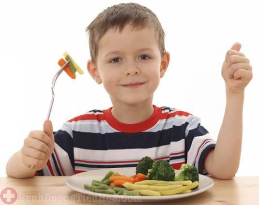 Chế độ ăn nhiều rau xanh trị bệnh trĩ ở trẻ
