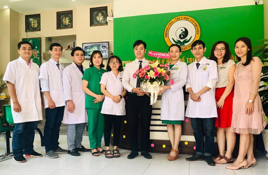 Bệnh nhân tìm đến cảm ơn và tặng hoa đội ngũ y bác sĩ Trung tâm thuốc dân tộc, 145 Hoa Lan sau khi trị khỏi bệnh đau bao tử dai dẳng