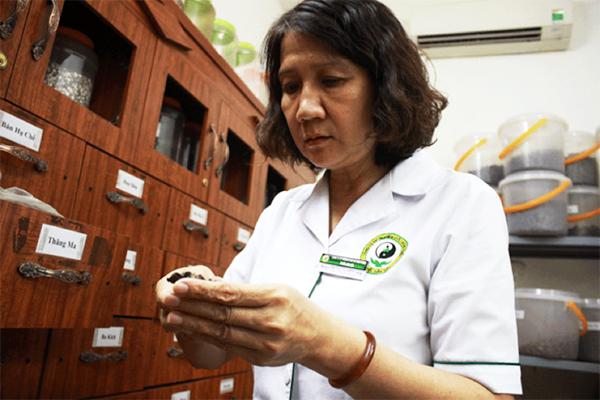 Bác sĩ Tuyết Lan luôn kiểm tra kĩ từng bài thuốc cho người bệnh