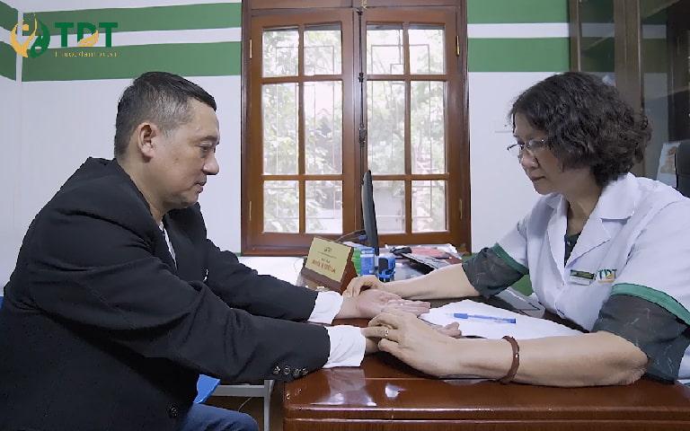 NS Chiến Thắng thăm khám với bác sĩ Tuyết Lan